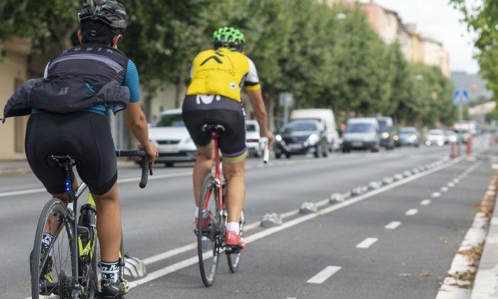 Ciclistes pel carril de la Ronda Cervantes. Foto: R. Gallofré