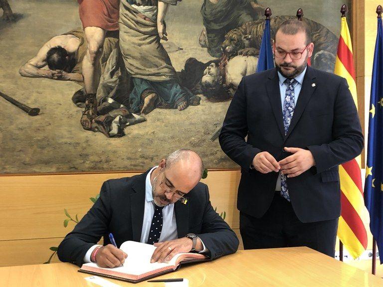 Foto: Ajuntament de Mataró/ Miquel Buch signa el llibre d'honor