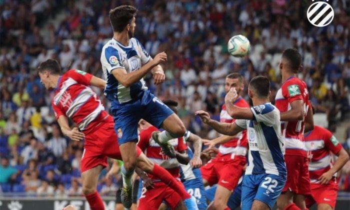Dídac remata de cap en el partit contra el Granada. Foto: rcdespanyol.com