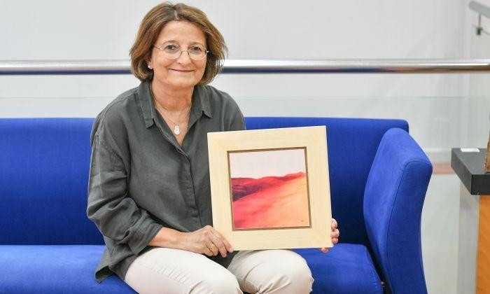 Sussi Vilaseca, amb una de les obres de la mostra