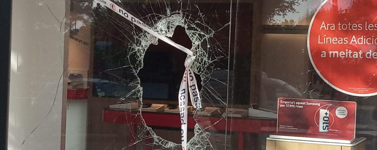 L'establiment, amb el vidre de l'aparador trencat
