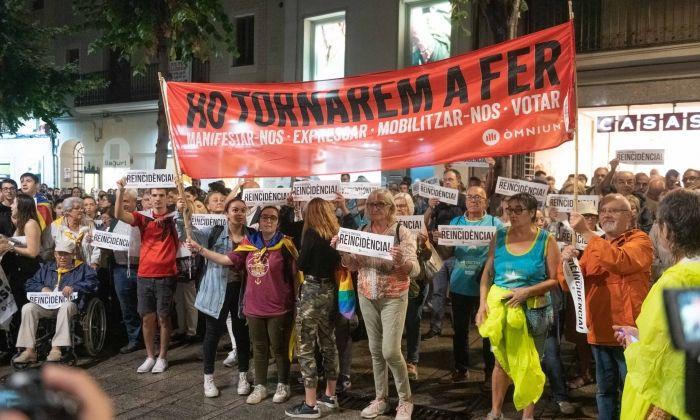 Manifestants davant de l'ajuntament. Foto: R.Gallofré