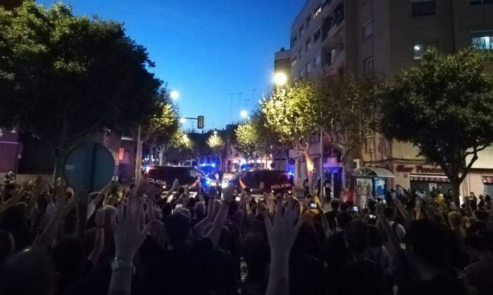 Manifestants a l'avinguda Gatassa, davant la seu de la Policia Nacional. Foto: CDR