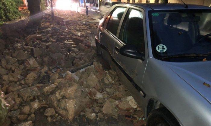 Cotxe afectat per la caiguda del mur de Valldemia. Foto: Ajuntament