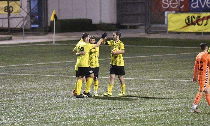 Els jugadors del CE Mataró celebren el gol de la victòria. Foto: R.Gallofré