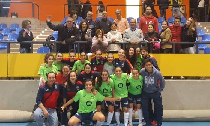 L'equip del Futsal celebra el primer triomf.
