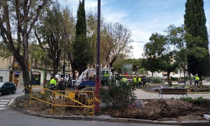 Operaris a la plaça de les Tereses, on el vent ha tombat alguns arbustos. Foto: V. B.