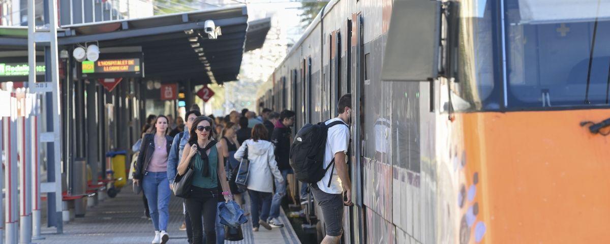 Viatgers de tren a Mataró. R. G.