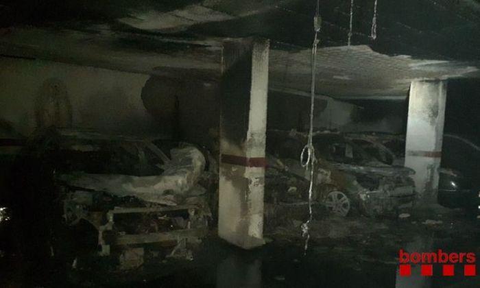 Els cotxes cremats. Foto: Bombers