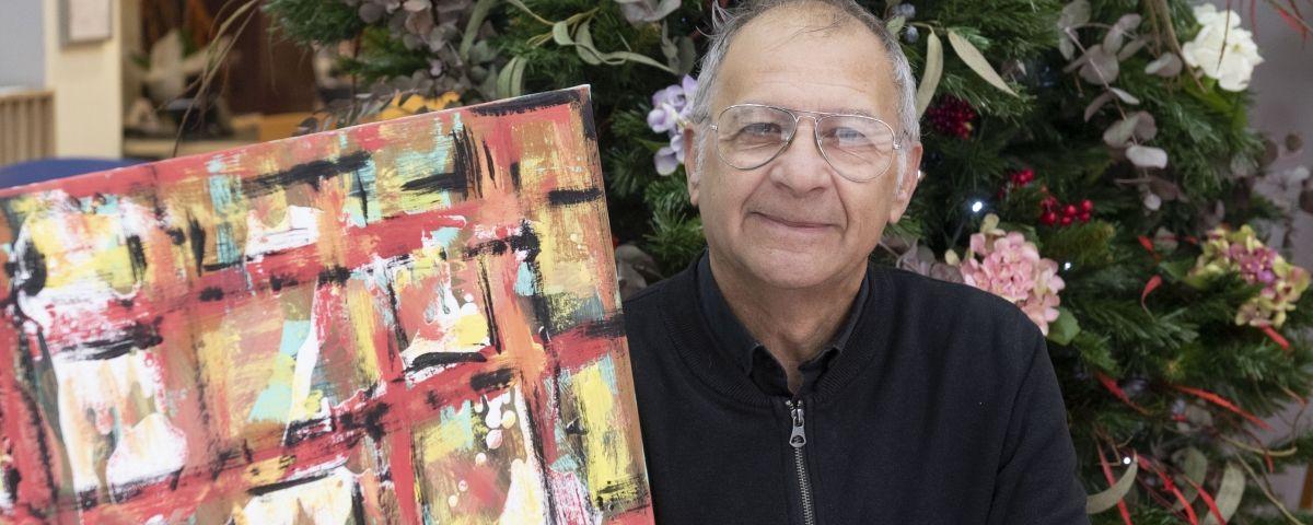 Rafel Pou, amb una de les obres de la mostra