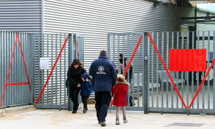 Famílies recollint els infants ahir a Mataró. Foto: ACN