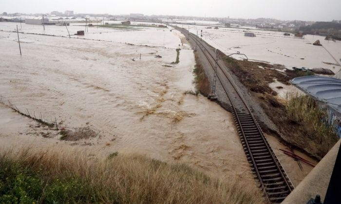Les vies del tren destrossades entre Malgrat i Blanes pel pas de la Tordera (ACN)