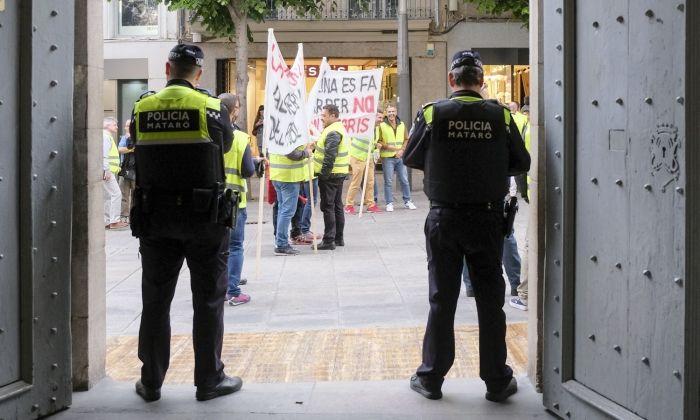 Dos policies municipals a la porta de l'Ajuntament. Foto: R.Gallofré