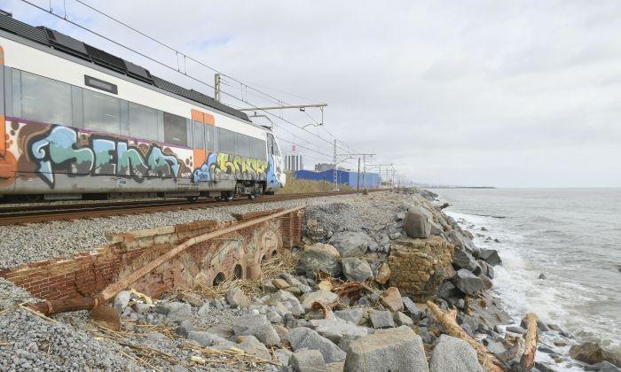 Tren per la costa entre Cabrera i Mataró. Fotos: R. G.