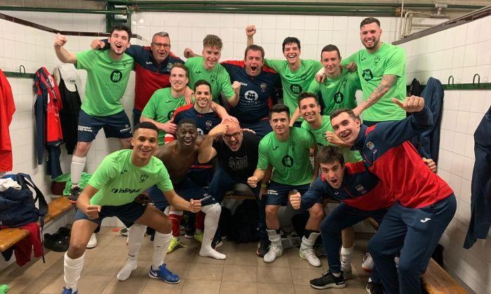 Celebració del Futsal Aliança Mataró després de guanyar a Manresa
