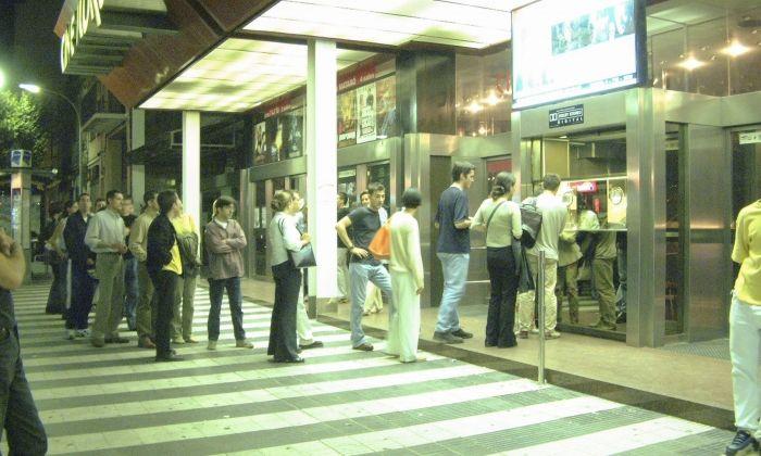 Cues a la taquilla del cinema Iluro de Mataró, abans que tanqués el 2001. Foto: Arxiu