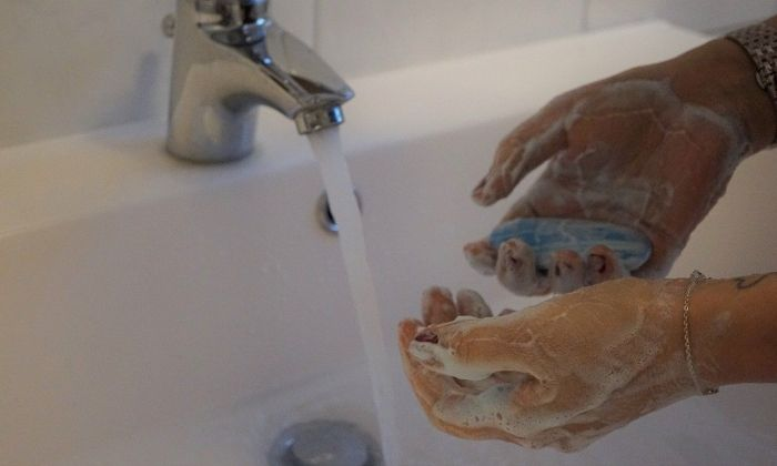 Rentar-se les mans amb freqüència és necessari.
