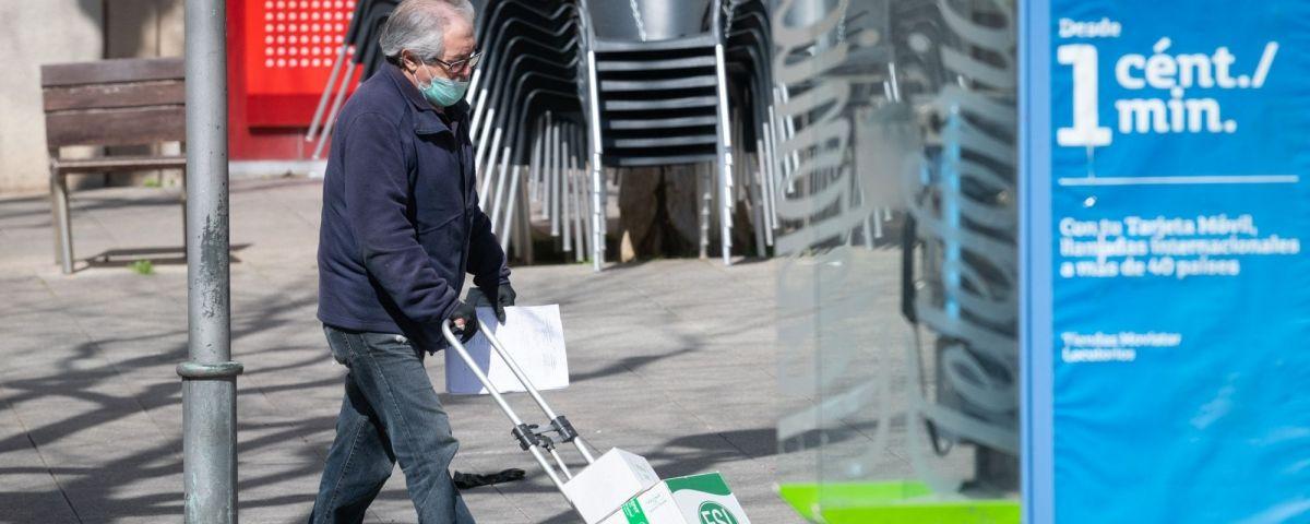 Coronavirus, gent amb mascareta pel carrer. Foto: R.Gallofré