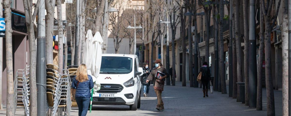 Gent amb mascareta pel carrer durant el confinament a Mataró. Foto: R.Gallofré