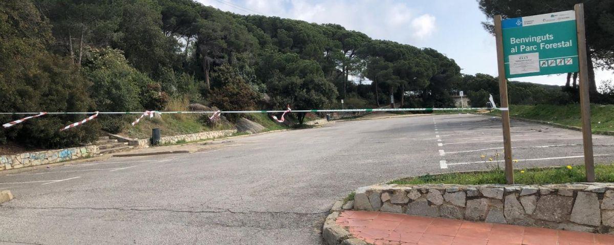 Han hagut de tornar a precintar l'entrada del Parc Forestal de Mataró per gent que se salta el confinament.