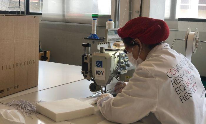 Una treballadora de l'empresa de Montgat fent una mascareta pel coronavirus.