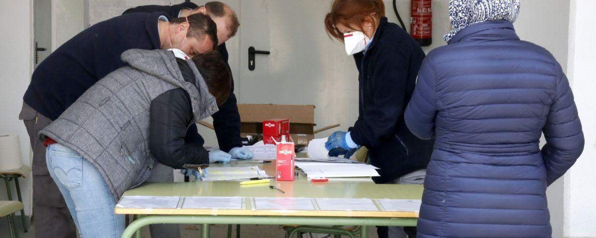 Punt de distribució de targetes moneder a Mataró per a famílies. Foto: ACN
