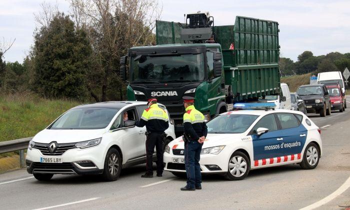 mossos d'esquadra en un control de carretera