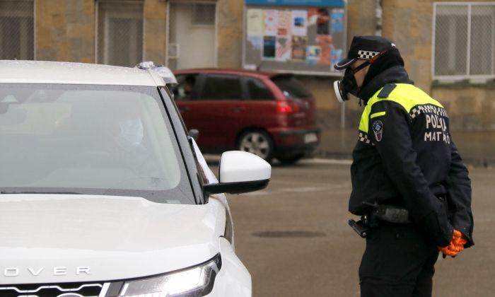 Control policial per fer complir el confinament a Mataró. Foto: R. G.