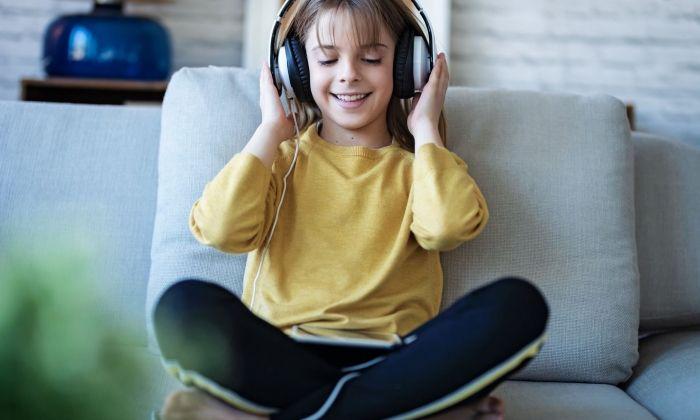 Nena escoltant un audiollibre