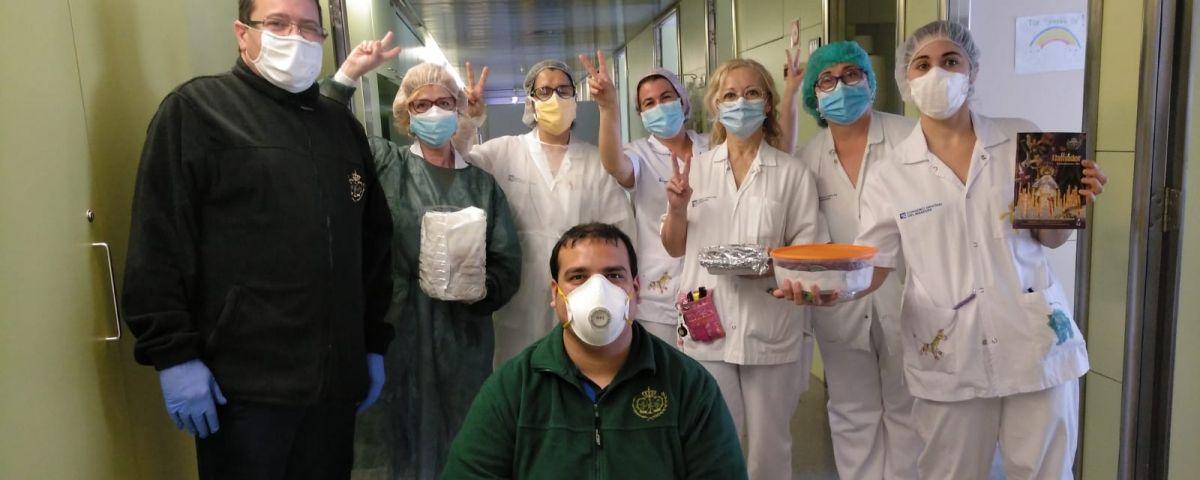 Equip mèdic de l'Hospital, amb dolços de Setmana Santa