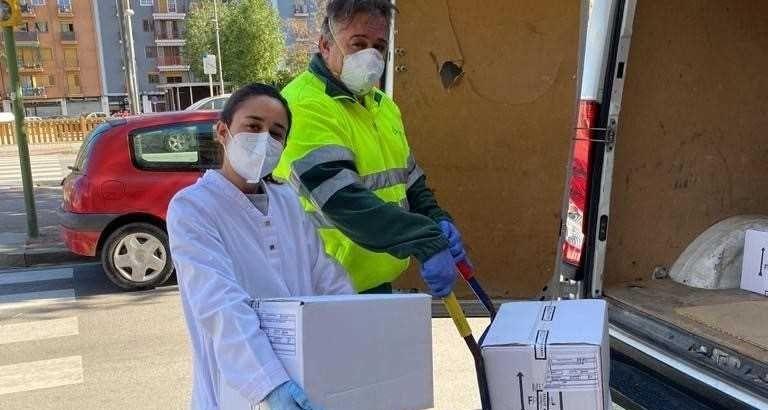 Recollida dels gels donats per les farmàcies. Foto: Ajuntament