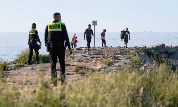 Policia Local fent fora a la gent de l'espigó. Foto: R.Gallofré