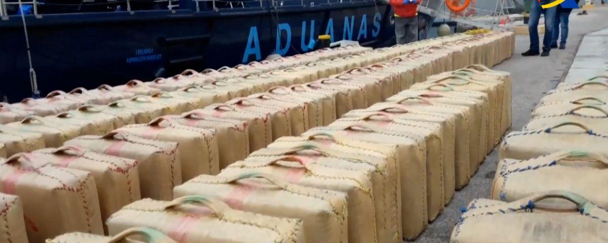 Droga incautada al costat d'una de les embarcacions. Foto: Mossos d'Esquadra