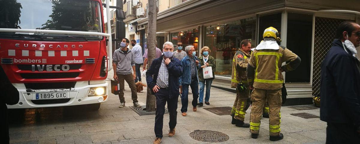 Els bombers a l'entrada del carrer Pujol des de La Riera.