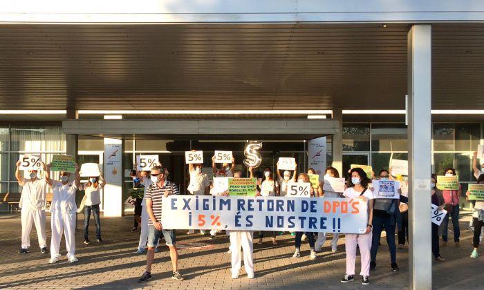 Un instant de la concentració a la porta de l'Hospital de Mataró. Foto: CATAC
